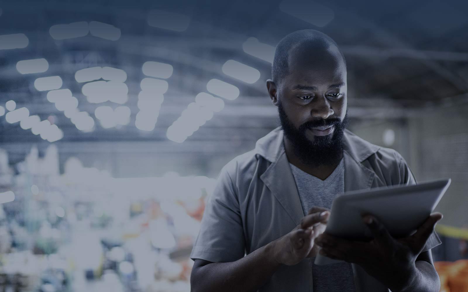 Produktionsleiter mit digitalem Tablet